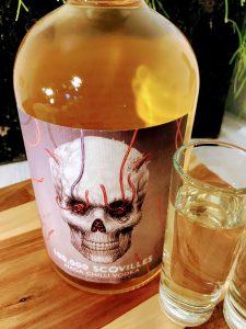 afbeelding van een fles Naga chill wodka met shotglaasje