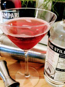 Afbeelding van een cocktail met een fles wodka en een fles campari en een cocktailshaker