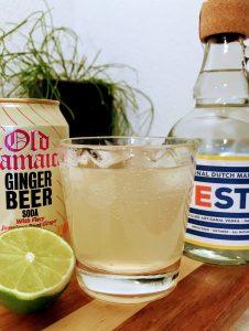 afbeelding van glas met moscow mule cocktail, een fles oyester wodka en een blikje ginger beer en een limoen