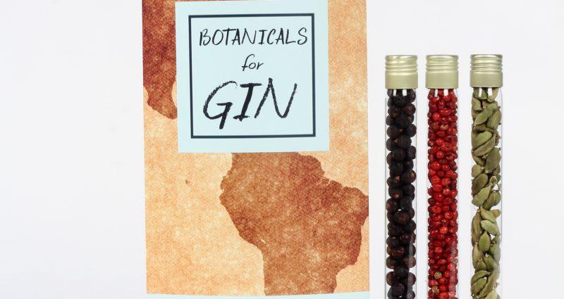 afbeelding van set gin botanicals verpakt in drie glazen buisjes en kartonnen verpakkingsdoos